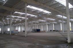 wnętrze budynku w trakcie budowy - hala produkcyjna z budynkiem biurowym, dla Adams, Mrągowo, woj. warmińsko-mazurskie