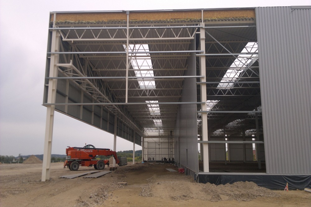 ściana tylna w trakcie budowy - hala produkcyjna z budynkiem biurowym, dla Adams, Mrągowo, woj. warmińsko-mazurskie