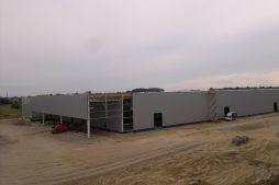 widok na hale w trakcie budowy - hala produkcyjna z budynkiem biurowym, dla Adams, Mrągowo, woj. warmińsko-mazurskie