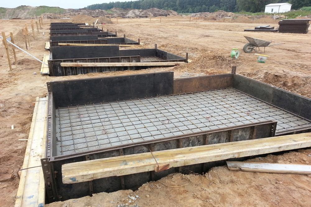 przygotowanie do betonowania stóp fundamentowych - hala produkcyjna z budynkiem biurowym, Żdżary, dla Futrex