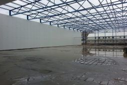 widok na konstrukcję stalową dachu - hala produkcyjna z budynkiem biurowym, Żdżary, dla Futrex