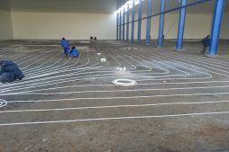 układanie instalacji ogrzewania podłogowego w mroźni - hala produkcyjna z budynkiem biurowym, Żdżary, dla Futrex