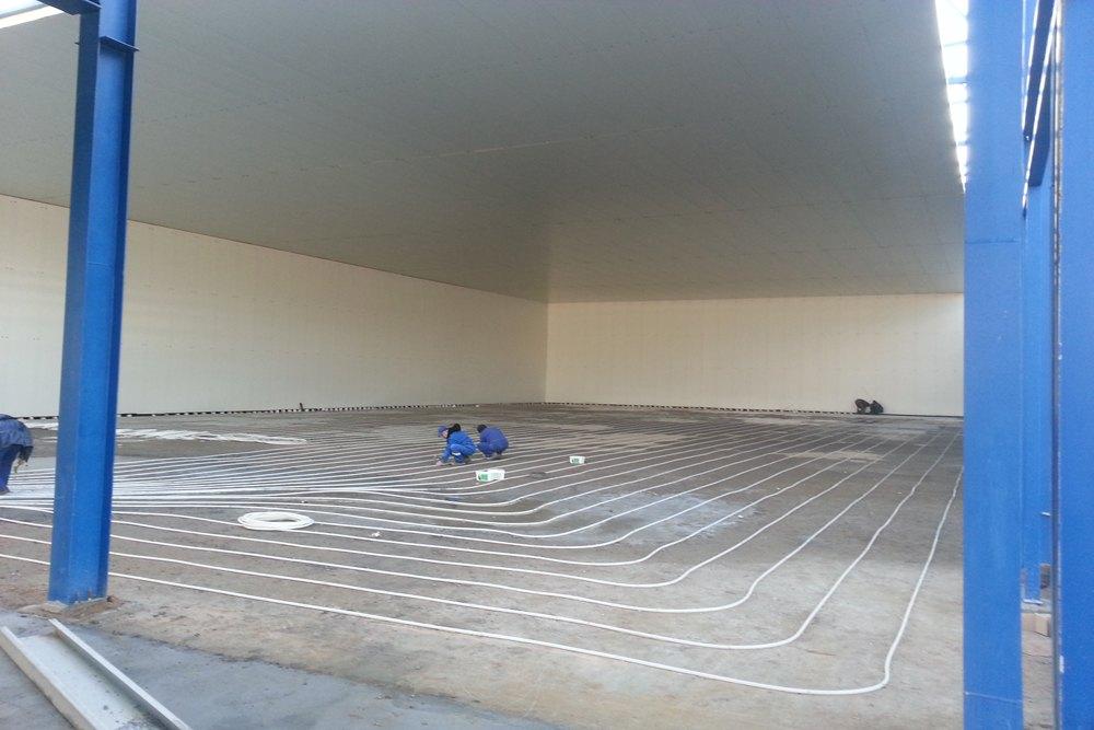 układanie instalacji ogrzewania podłogowego w mroźni 1 - hala produkcyjna z budynkiem biurowym, Żdżary, dla Futrex