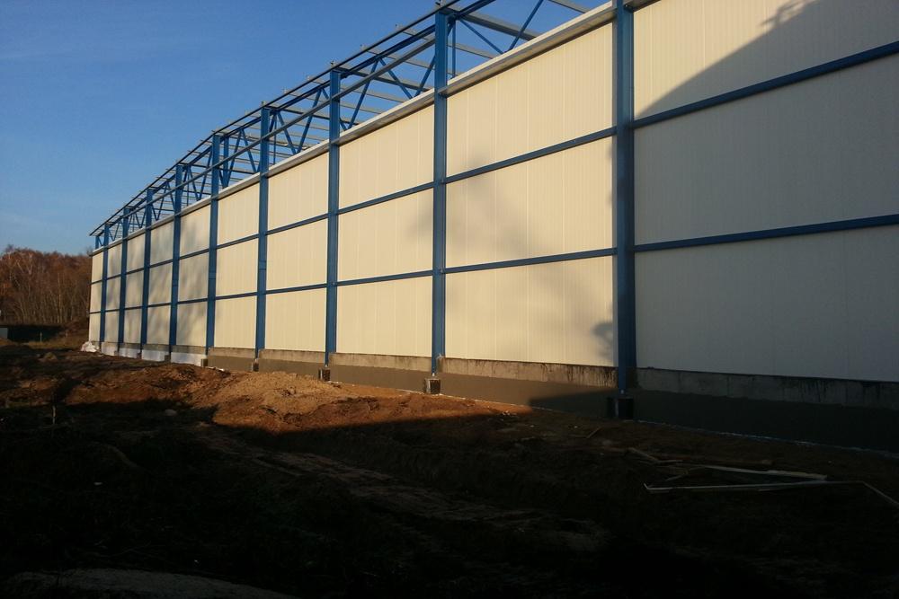 elewacja tylna w trakcie budowy - hala produkcyjna z budynkiem biurowym, dla Futrex, Żdżary, woj. zachodniopomorskie