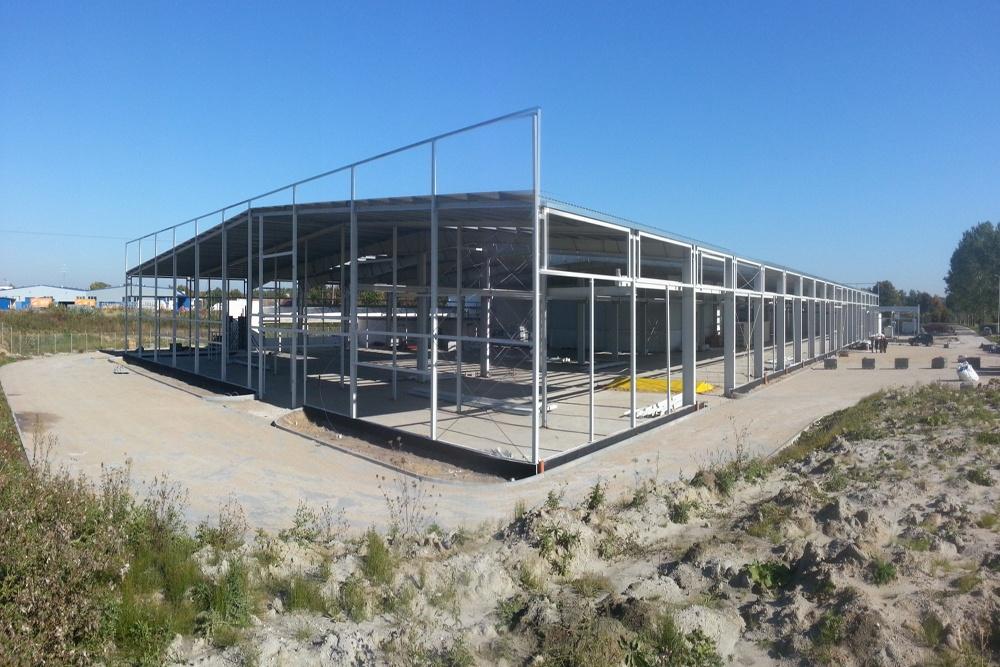 montaż elementów konstrukcji stalowej 2 - hala produkcyjna z częścią biurową, dla Leann Stańczyk, Słupsk, woj. pomorskie