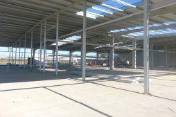 widok na konstrukcje hali od wewnątrz - hala produkcyjna z częścią biurową, dla Leann Stańczyk, Słupsk, woj. pomorskie
