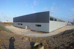 jedna z elewacji podczas budowy - hala produkcyjna z częścią biurową, dla Leann Stańczyk, Słupsk, woj. pomorskie