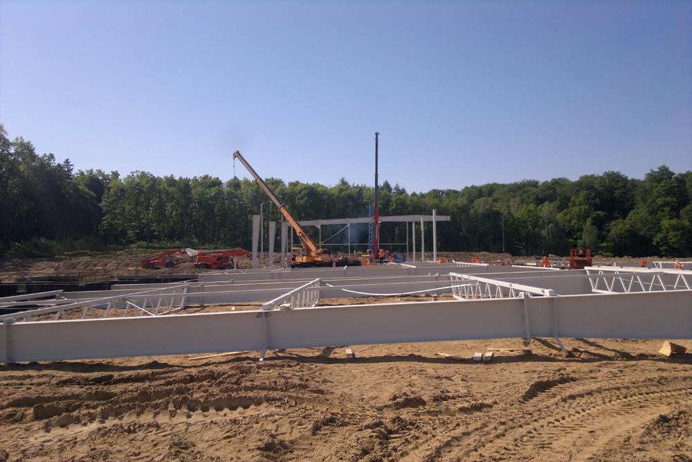 wznoszenie elementów konstrukcji stalowej - hala produkcyjno-magazynowa z budynkiem biurowym, dla Jota Group, Ostróda