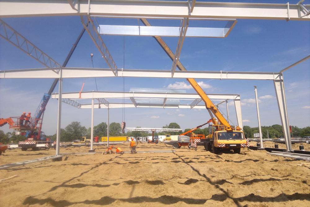 wznoszenie konstrukcji stalowej 1 - hala produkcyjno-magazynowa z budynkiem biurowym, dla Jota Group, Ostróda