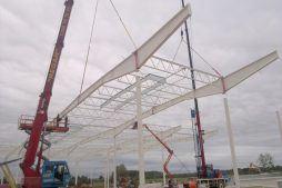 montaż konstrukcji dachu na podporach - hala produkcyjna z budynkiem biurowym, dla Adams, Mrągowo