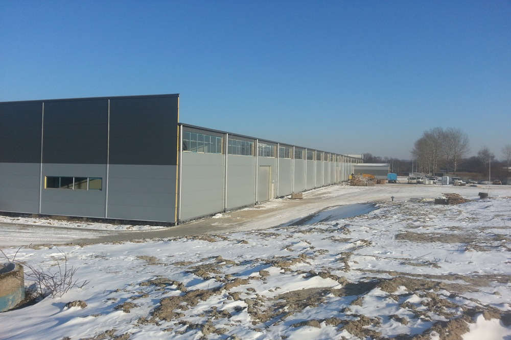 jedna z elewacji podczas budowy 1 - hala produkcyjna z częścią biurową, dla Leann Stańczyk, Słupsk, woj. pomorskie