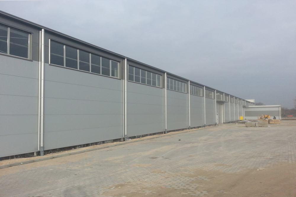 jedna z elewacji podczas budowy 4 - hala produkcyjna z częścią biurową, dla Leann Stańczyk, Słupsk, woj. pomorskie