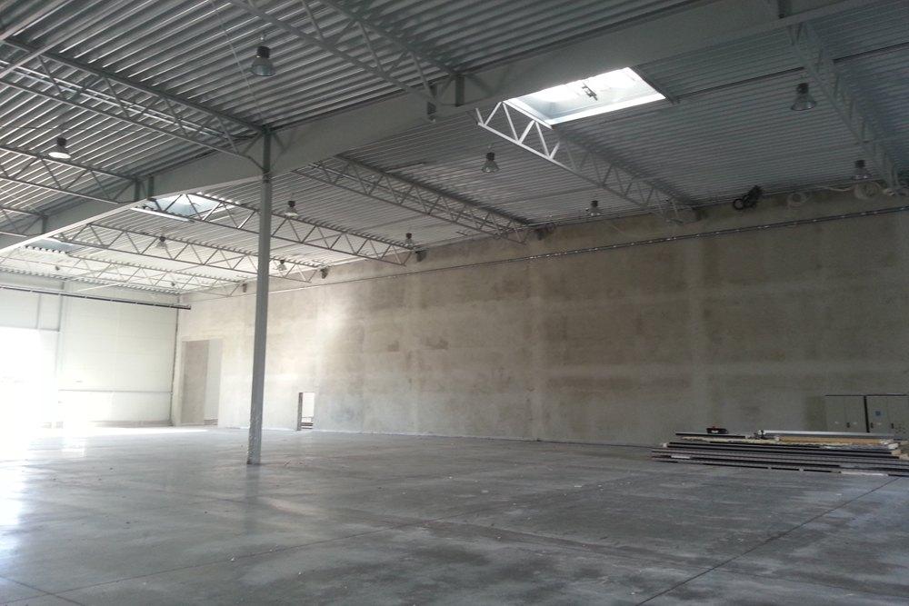 surowe wnętrze budynku - hala produkcyjna z częścią biurową, dla Arsanit, Konin, woj. wielkopolskie