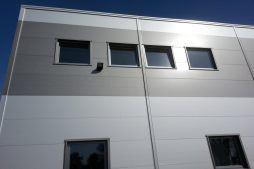 zbliżenie na otwory okienne - hala produkcyjna z częścią biurową, dla Arsanit, Konin, woj. wielkopolskie