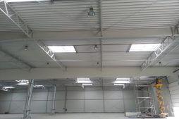 konstrukcja stalowa widziana od wewnątrz - hala produkcyjna z częścią biurową, dla Arsanit, Konin