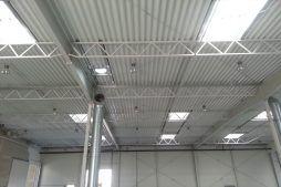 elementy konstrukcji dachu widziane od wewnątrz - hala produkcyjna z częścią biurową, dla Arsanit, Konin