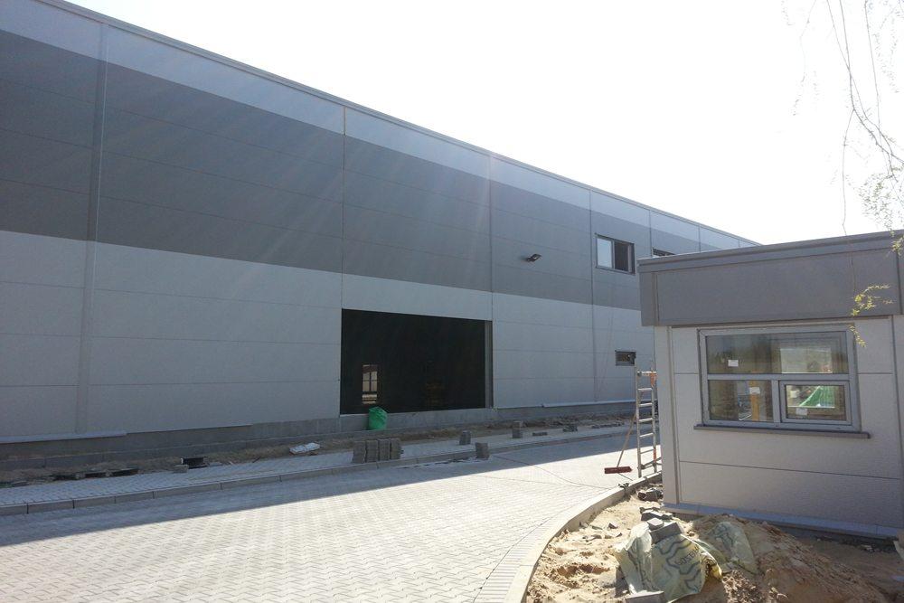 zbliżenie na wjazd na teren inwestycji - hala produkcyjna z częścią biurową, dla Arsanit, Konin, woj. wielkopolskie