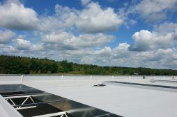 otwory okienne w dachu - hala produkcyjno-magazynowa z budynkiem biurowym, dla Jota Group, Ostróda