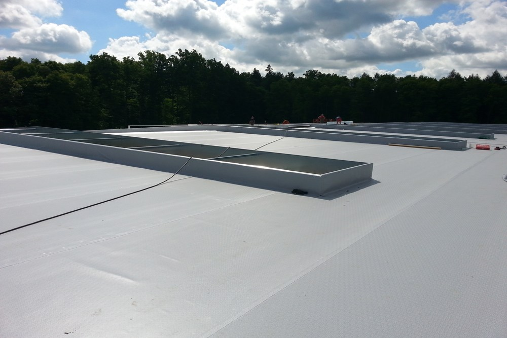 otwory okienne w dachu 2 - hala produkcyjno-magazynowa z budynkiem biurowym, dla Jota Group, Ostróda