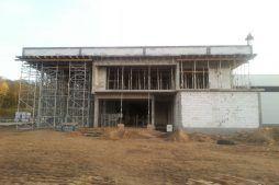 elewacja frontowa w trakcie budowy - hala produkcyjno-magazynowa z budynkiem biurowym, dla Jota Group, Ostróda