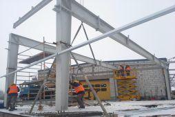 wznoszenie konstrukcji ze spawanych ram blachownicowych - hala magazynowa, Firma Telmex, Pisz