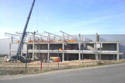 wznoszenie konstrukcji zadaszenia - hala magazynowa z budynkiem biurowym, dla Koesters & Meyer, Malanów