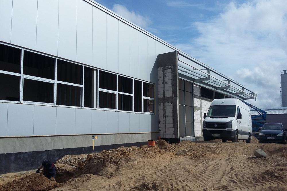 montaż okien - budynek socjalno-biurowy, firma Van Den Block, Lublew Gdański, woj. pomorskie
