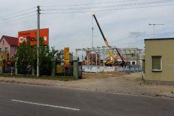 widok na inwestycję z ulicy - hala magazynowa, dla Multi Pharme, Łomża, woj. mazowieckie