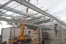 wznoszenie konstrukcji stalowej - hala produkcyjna z częścią socjalną, dla Auto-Hak, Słupsk, woj. pomorskie