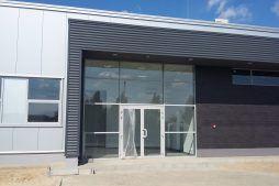 zbliżenie na wejście główne - budynek socjalno-biurowy, firma Van Den Block, Lublew Gdański