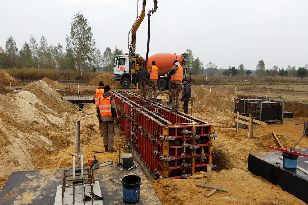 betonowanie kanału technologicznego - hala warsztatowo-magazynowa, dla BB Investments, Łomna