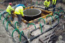 Osadzanie studni kanalizacyjnej w gruncie nawodnionym - hala usługowo-magazynowa, dla Nafa, Łozienica