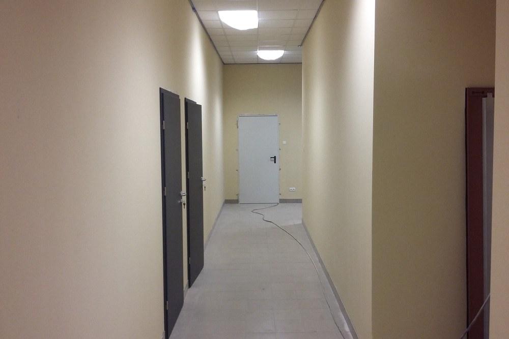 korytarz w części socjalno-biurowej - hala usługowo-magazynowa, dla Nafa, Łozienica