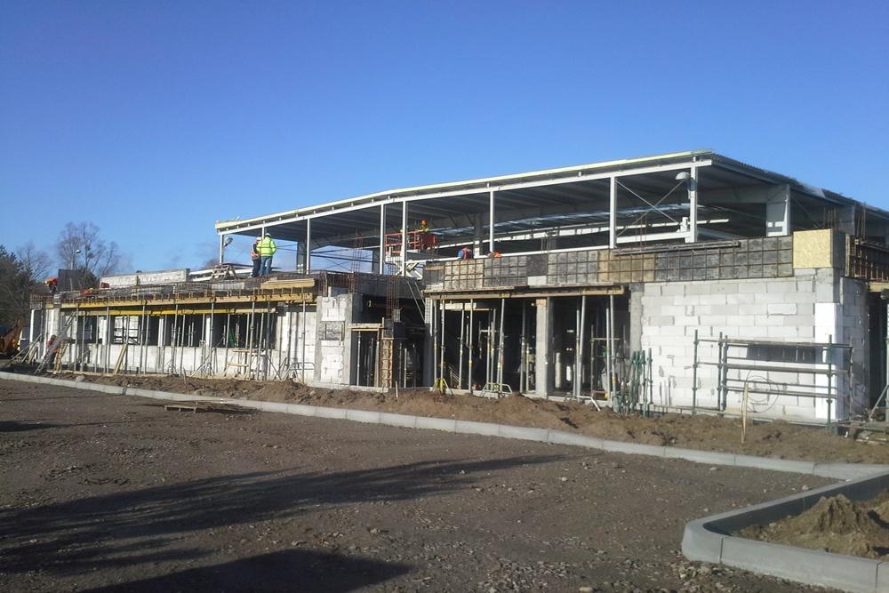 front budynku biurowego podczas budowy - hala produkcyjna z budynkiem biurowym, dla LÜTTGENS, Nielbark
