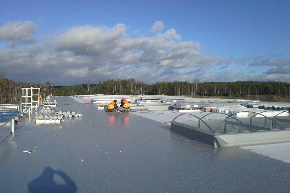 prace wykończeniowe na dachu - hala produkcyjna z budynkiem biurowym, dla LÜTTGENS, Nielbark, woj. warmińsko-mazurskie