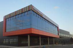 montaż paneli na jednej z elewacji - hala produkcyjno-magazynowa z budynkiem biurowym, dla Lidermax, Łukowo, woj. mazowieckie