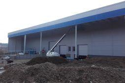 prace montażowe na jednej z elewacji - hala produkcyjna z budynkiem biurowym, dla LÜTTGENS, Nielbark, woj. warmińsko-mazurskie