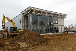 elewacja frontowa podczas budowy - budynek socjalno-biurowy, dla BB Investments, Łomna