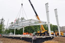 początek montażu ram głównych konstrukcji stalowej-hala magazynowa, Fagum-Stomil, Łuków, woj. lubelskie