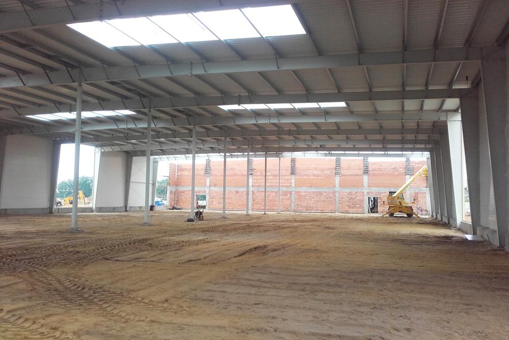 widok na konstrukcję hali-hala magazynowa z częścią socjalno-biurową, AMP Polska, Częstochowa
