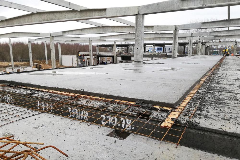 wylewanie nadbetonu na stropy - hala produkcyjno-magazynowa z cześcią socjalno-biurową, dla Linea, Koszalin