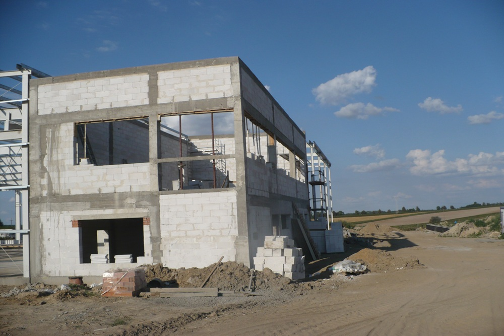 część biurowa w trakcie budowy - hala produkcyjna z częścią biurową, dla Pritip, Puławy, woj. lubelskie