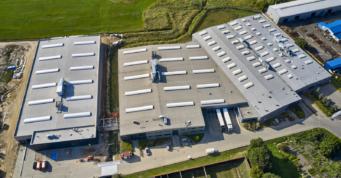 hale Addit widziane z lotu ptaka - kompleks hal produkcyjno-magazynowych, firma Addit, branza metalowa, Węgrów, woj. mazowieckie