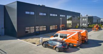 parking przed jedną z hal firmy Addit - kolejna inwestycja dla firmy Addit, Węgrów woj. mazowieckie