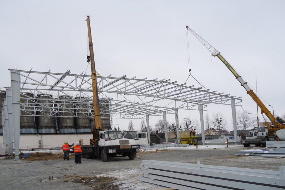 wznoszenie konstrukcji stalowej - hala produkcyjno-magazynowa z częścią biurową, dla Ergis, Wąbrzeźno, woj. kujawsko-pomorskie