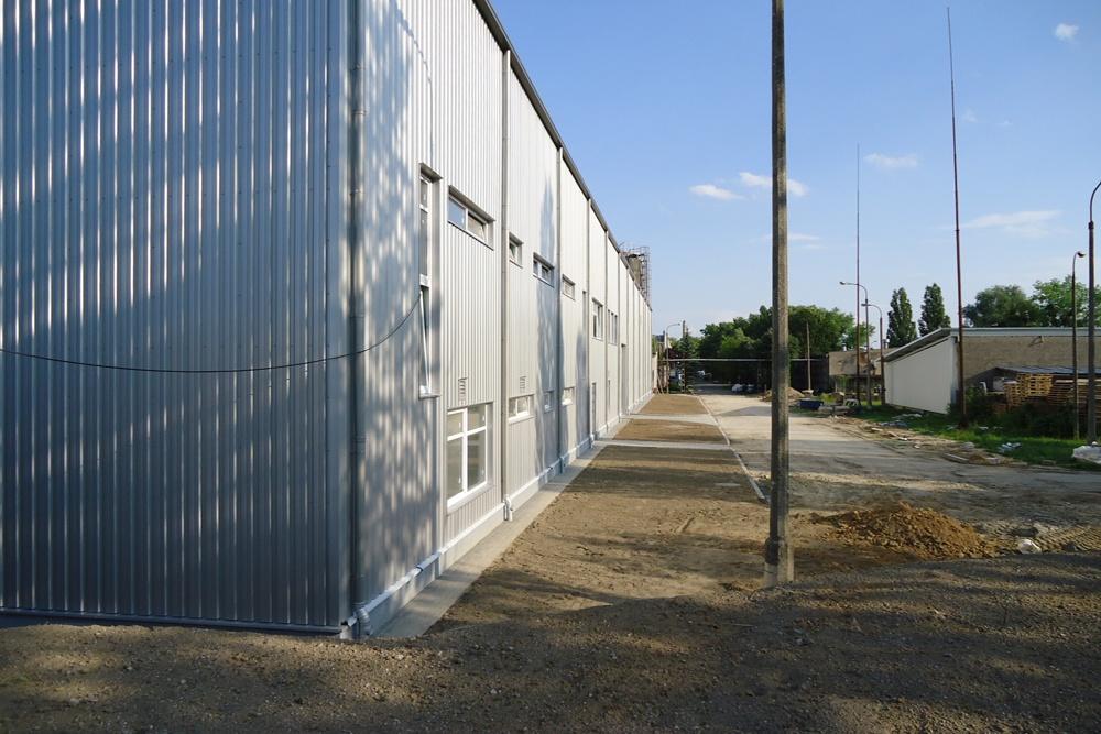 ściana części biurowej - hala produkcyjno-magazynowa z częścią biurową, dla Ergis, Wąbrzeźno, woj. kujawsko-pomorskie