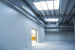 wnętrze hali 2 - hala produkcyjno-magazynowa z częścią biurową, dla Ergis, Wąbrzeźno, woj. kujawsko-pomorskie