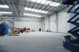 wnętrze hali - hala produkcyjno-magazynowa z częścią biurową, dla Ergis, Wąbrzeźno, woj. kujawsko-pomorskie