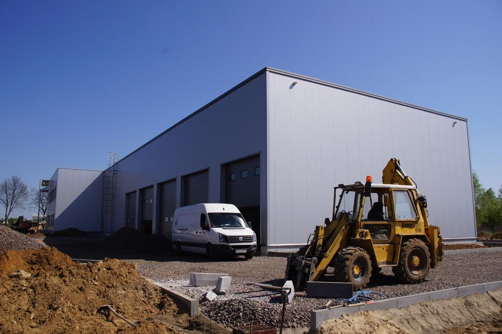 prace wykończeniowe na terenie inwestycji - hala warsztatowo-magazynowa, dla BB Investments, Łomna