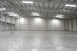 wnętrze hali stalowej - hala produkcyjno-magazynowa z częścią biurową, dla Chore-Time, Strykowo, woj. wielkopolskie